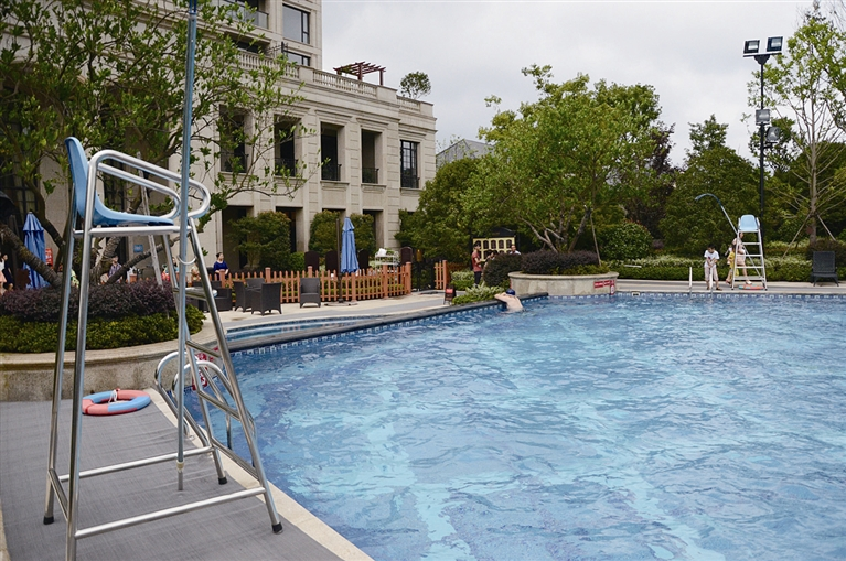 大多小区泳池内池壁颜色为蓝色,部分配以图案花纹,然而这与《标准》内