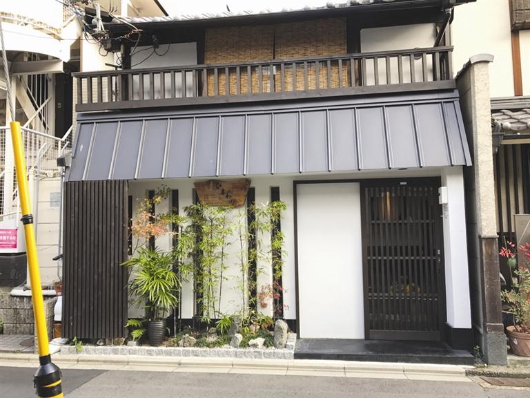 -->  小不正   对于大多数游客来说,去日本旅游,就意味着必须得掏不菲的房价,却只能住着麻雀般的房间,这大概与日本的寸土寸金息息相关。这趟关西自由行,我们也遭遇了这样的困扰:怎么花最少的钱住比较干净、便捷的酒店呢?在人生地不熟的国度自由行,便捷是挑选酒店的必要条件。根据京都的自由行线路,我将酒店的范围划定在了四条河原町商区。这里不仅离景点近,也是京都著名的购物商圈。当然,什么都好的区域,酒店的价格自然更加贵了。蚂蜂窝、携程、淘宝在各种网站上溜达了一圈后,我发现中档的便捷酒店起码也要八九百元一晚。